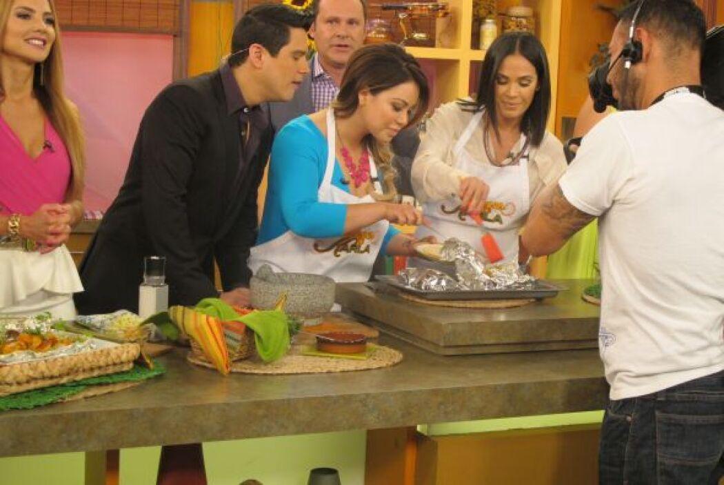 Juntas prepararon una deliciosa receta de tacos de camarón. ¡Todos querí...