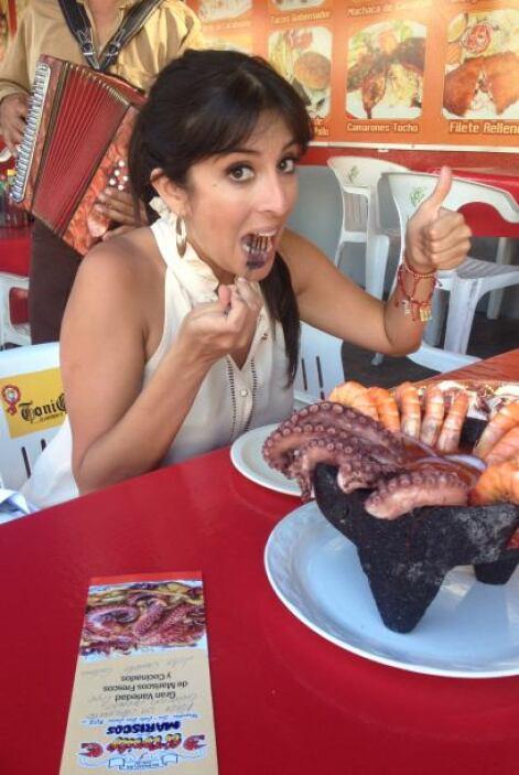 Maity no podía dejar de probar las delicias que se preparan en Mazatlán.