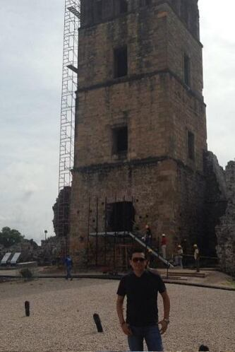 Conoció muchos lugares y aquí lo vemos en la hermosa Antigua Panamá.  Es...