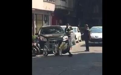 Un conductor atropella a un agente de tráfico en México para evitar que...