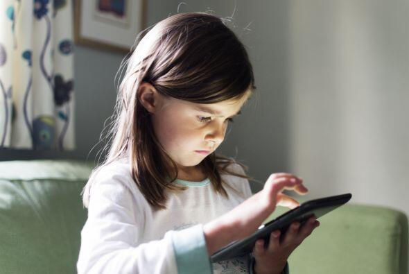 Una tablet. Darle a tu niño una tablet cuando aún es pequeño o prestarle...