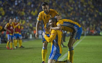 Gignac festeja uno de los tres goles que le marcó a Pumas en la v...