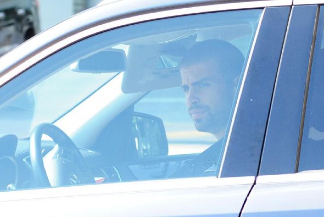 Rápidamente Piqué se puso al volante.Mira aquí los videos más chismosos.