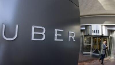 Un hombre sale de las oficinas de Uber en San Francisco