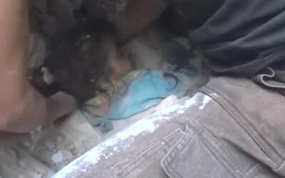 Rescatan a una niña de 5 años sepultada entre los escombros en Alepo
