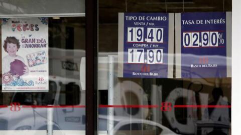 La vitrina de un banco en México este viernes, que muestra la dep...