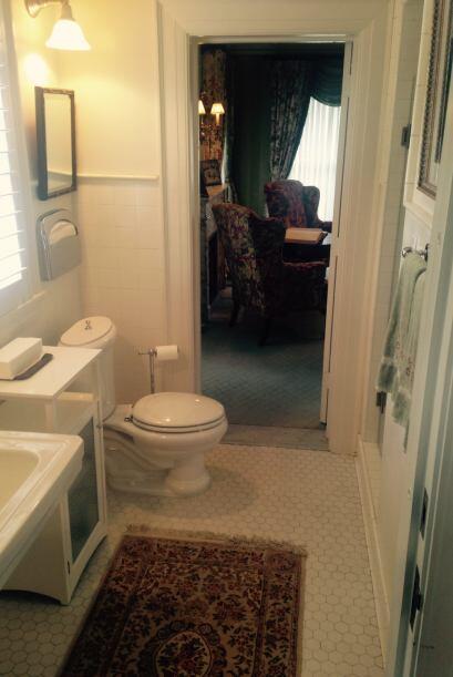 Otros, sorprende...como esta sala de baño entre salones que fue descubie...