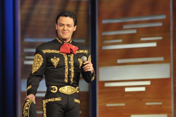 El cantante mexicano Pedro Fernández llegó a ponerle ritmo a la noche.