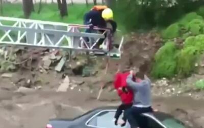 Rescatan a tres personas cuyos vehículos fueron arrastrados por el agua...