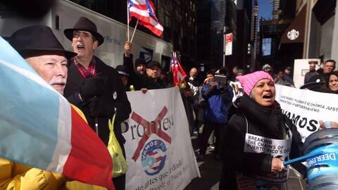 Manifestantes puertorriqueños marcharon por las calles de Chicago.