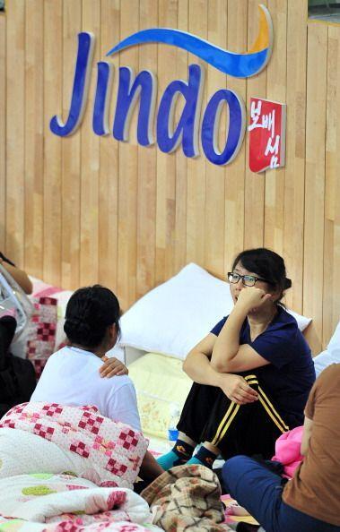Entre los pasajeros había 325 estudiantes de preparatoria que tenían ent...