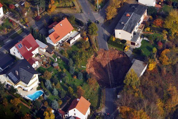 Las autoridades quieren rellenar de inmediato el cráter pero sigu...