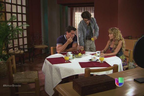 Daniel les dice a Viviana y Rara que el portafolio está vac&iacut...