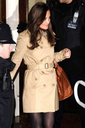 Otra famosa prenda que siempre está inundada en este color es el abrigo,...