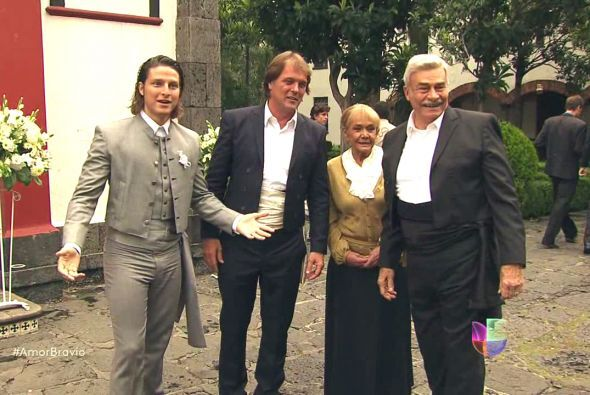 """Cayetano se unió a su hijo para verlo llegar al altar en la capilla de """"..."""