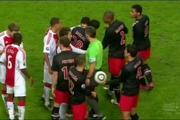 La primera mordida: En el 2010, cuando Suárez brillaba en el Ajax de Hol...