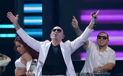La fiesta comenzó con Pitbull y Gente de Zona.