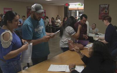 Miles de personas llegaron al consulado mexicano en Dallas para obtener...