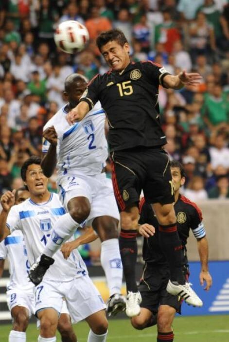 Muy buen noche de Héctor Moreno, sacando balones por arriba ante delante...