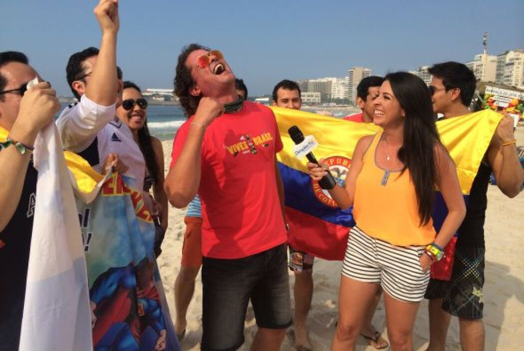 Con toda la euforia y pasión que se vive por el fútbol, Carlos Vives y s...
