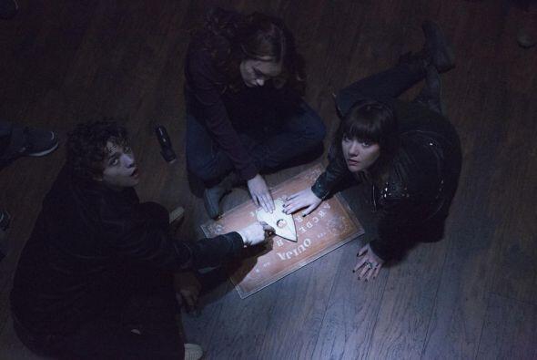Unos amigos utilizan una Ouija para tratar de contactar a su amiga que m...