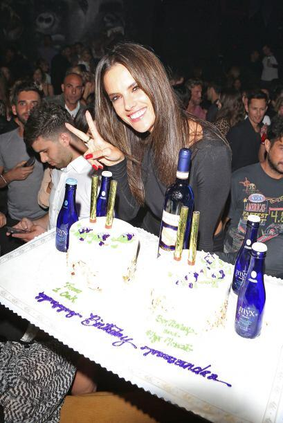 La brasileña disfrutó mucho del pastel de cumpleaños que le llevaron sus...