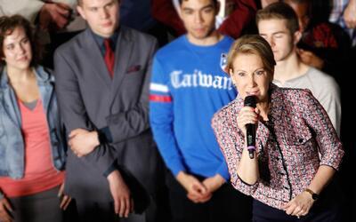 Carly Fiorina cae del escenario en Indiana