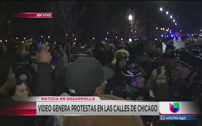 """""""El mundo entero los está mirando"""" gritan manifestantes en Chicago por m..."""