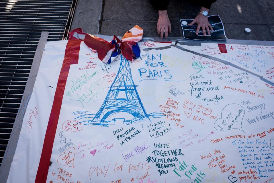 Un cartel recordando a las víctimas en el parque Washington Square en NY