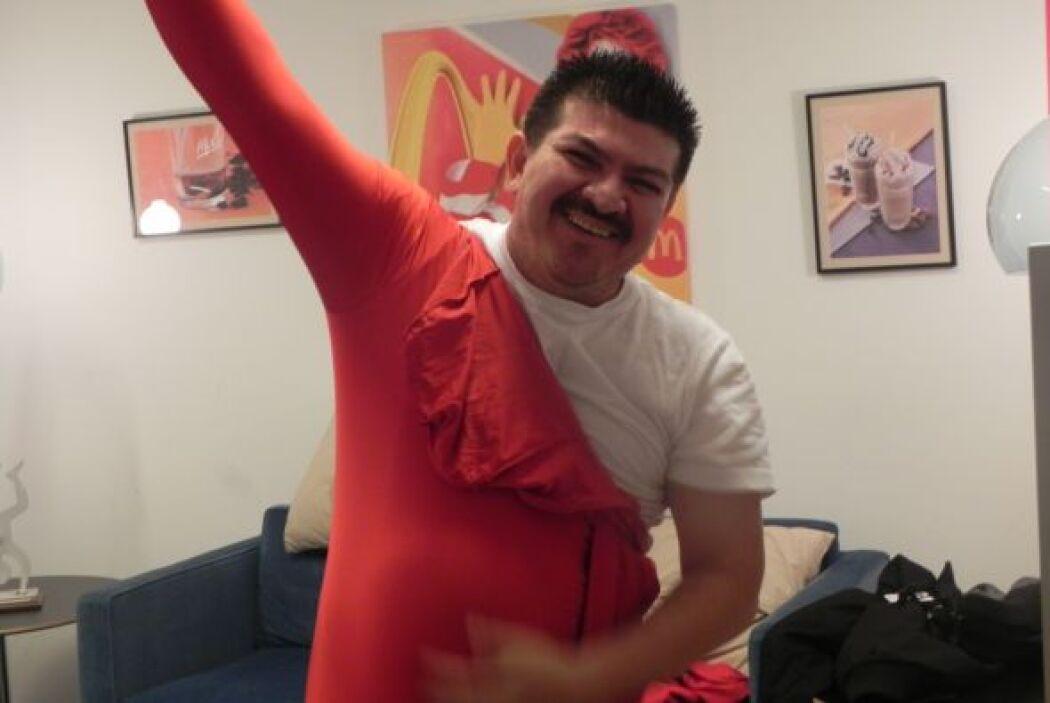 Desde muy temprano llegó a Univision para ponerse su traje color rojo pa...