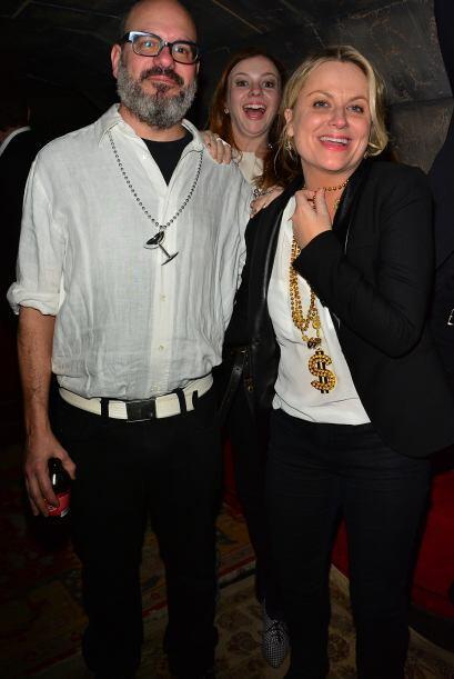 Amber Tamblyn se metió en la foto de David Cross y Amy Poehler. Más vide...