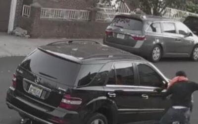 Se registró en video momento en el que hombre daña vehículo en la Calle...