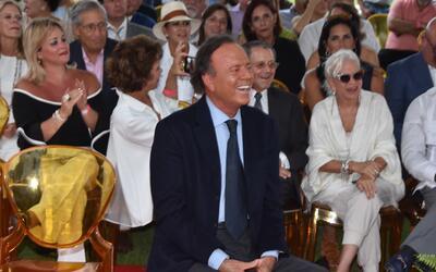 Julio Iglesias durante la ceremonia de develación de su estrella...