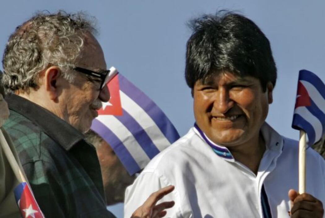 García Márquez habla con el presidente boliviano Evo Morales en la Plaza...