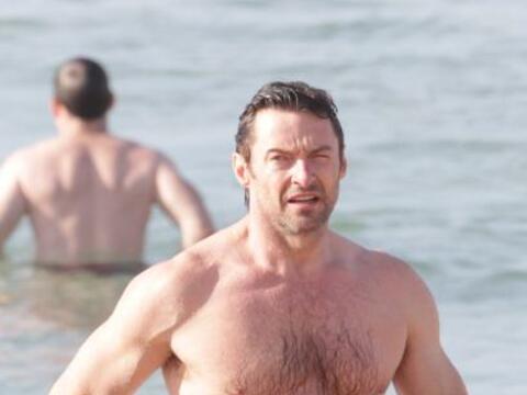 Hugh Jackman presumió cuerpazo al darse un chapuzón en el mar. Mira aquí...