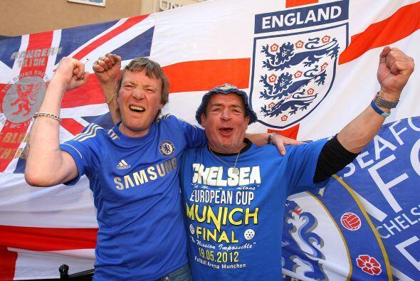 Los ingleses son menos, pero también muy numerosos y ruidosos.
