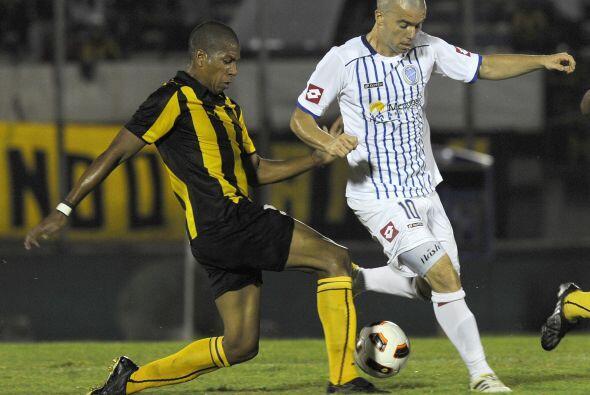 El desafortunado defensor de Peñarol Rodríguez anot&oacute...