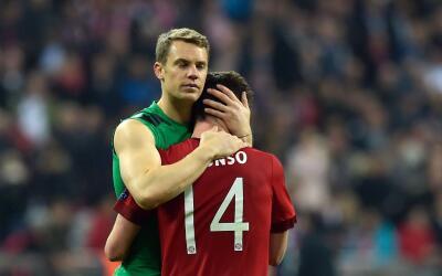 Neuer y Xabi se abrazan tras la eliminación.