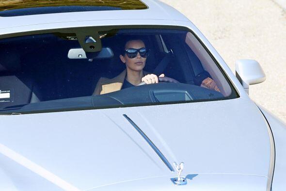 Después de transmitida la entrevista, los paparazzi captaron a Kim condu...