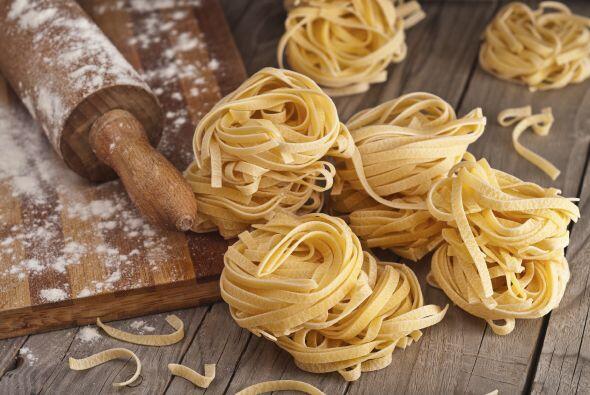 Cocina 4 onzas de fetuccini (113 g), siguiendo las instrucciones del paq...