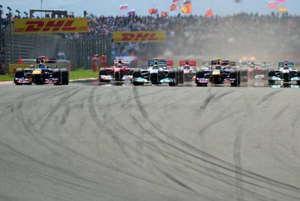 La arrancada fue limpia para todos los pilotos con Vettel a la cabeza.