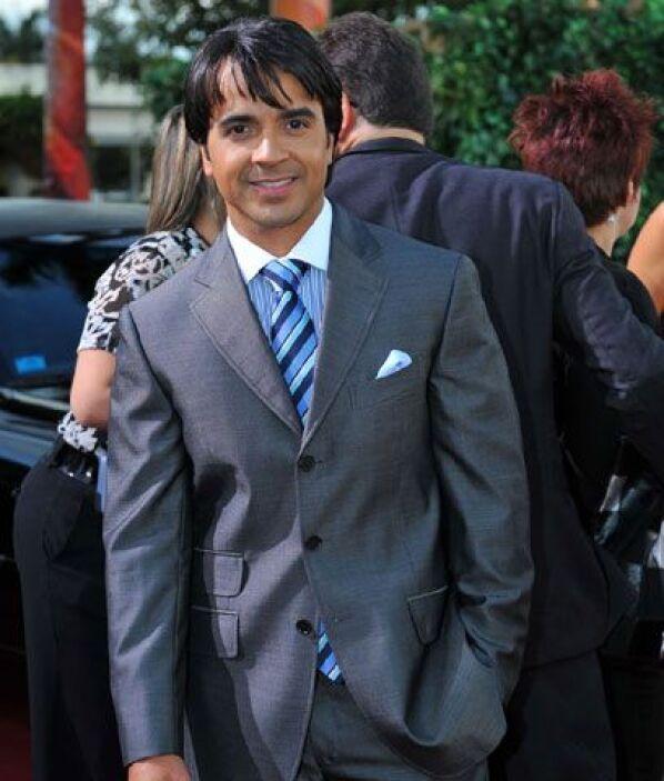 Luis FonsiElla dice: Además de guapo y carismático, Fonsi sabe cómo comb...