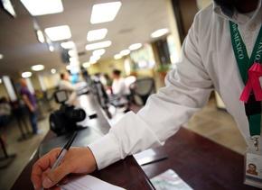 Vestidos de blanco y portando moño rosa, empleados demandan mejorar cond...