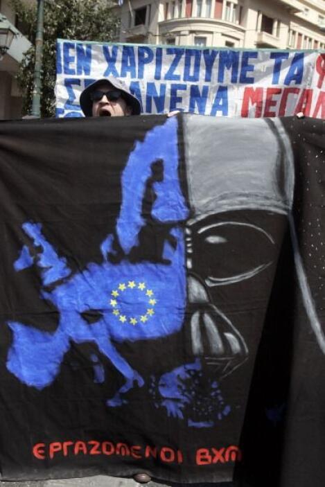 Y Grecia también aprovechó el Día de Star Wars para protestar, aquí una...