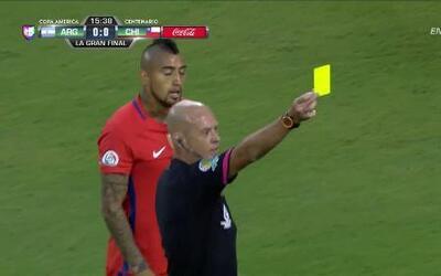 Tarjeta amarilla. El árbitro amonesta a Marcelo Alfonso Díaz Rojas de Chile