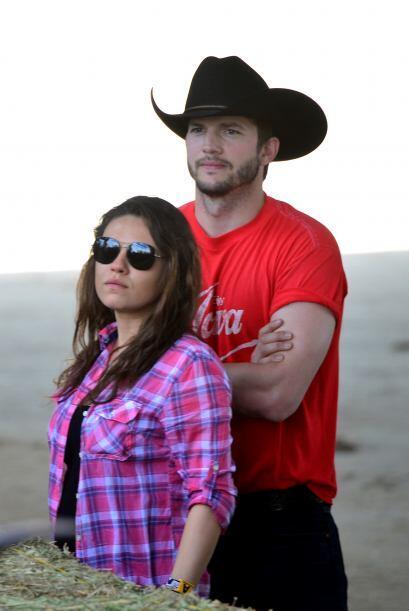 """Nos encanta Ashton con su sombrero """"cowboy"""" negro.  Mira aquí los videos..."""