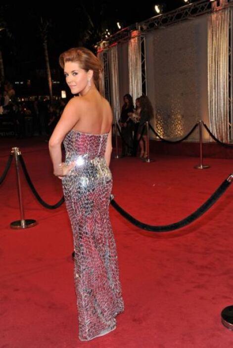El luminoso vestido con apariencia de escamas, resaltaron aún mas la gra...