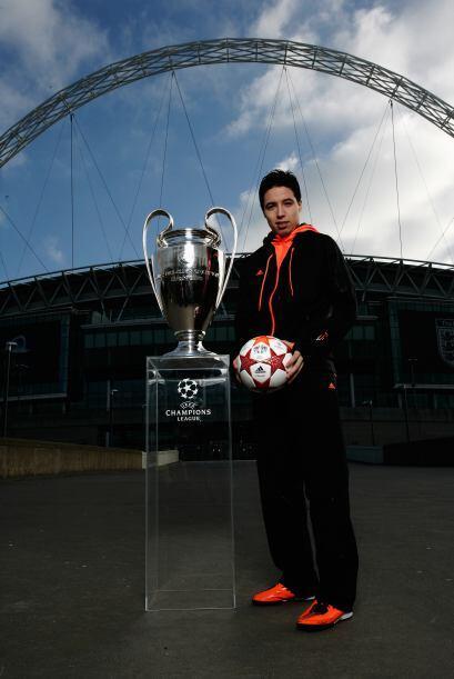 El galo Nasri, del Arsenal, tomando la pelota y al lado del trofeo.