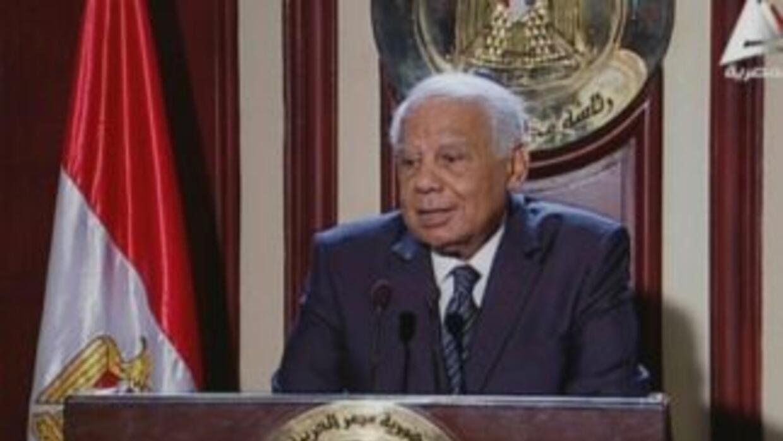 El primer ministro egipcio Hazem el Beblawi anunció de forma repentina s...