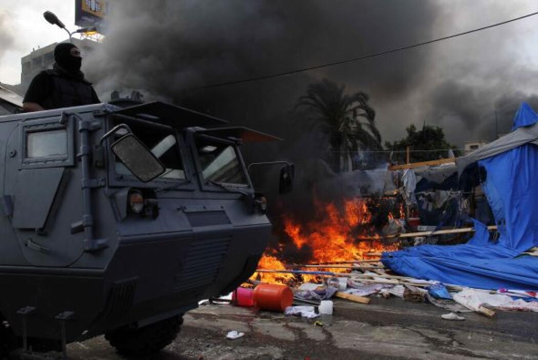 Los simpatizantes del derrocado presidente fueron desalojados por carros...